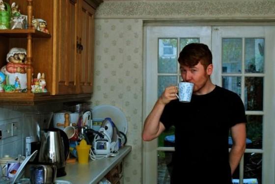 Julio Bashmore dricker kaffe